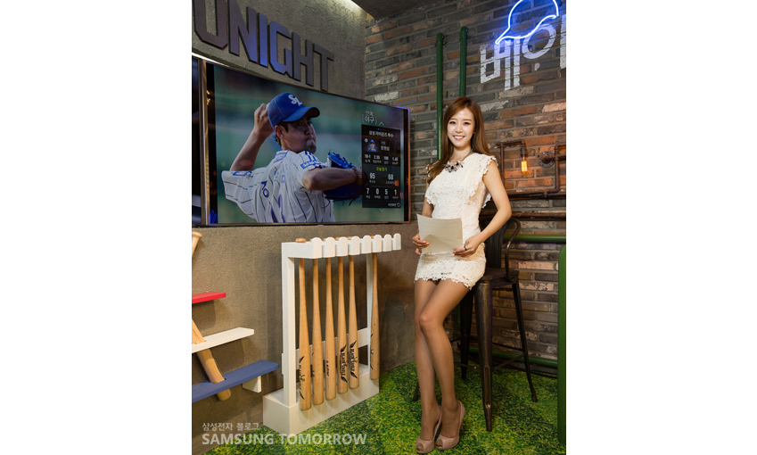 배지현 아나운서가 삼성 스마트 TV옆에서 포즈를 취하고 있다.