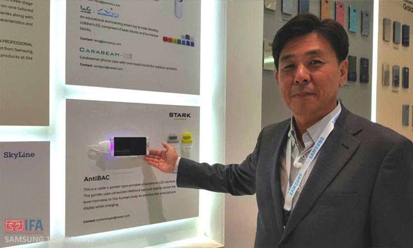 김병주 상무가 전시된 위노베이션 제품 가운데 '안티박 차저(AntiBAC Charger)'를 소개하고 있다.