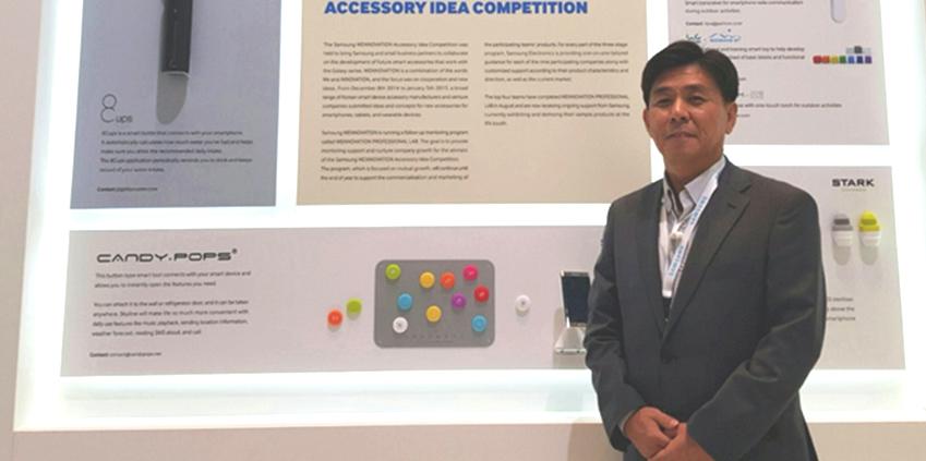 삼성전자 홍보관 한 부스에 마련된 '삼성 위노베이션 프로젝트' 관련 설명 앞에 한 사람이 서 있다.