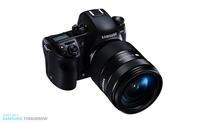 '2015 TIPA 어워드'에서 '최고의 전문가용 미러리스 카메라(Best CSC Professional)'를 수상한 NX1