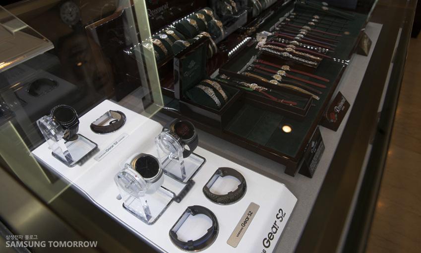 기어 S2가 서울 롯데백화점 본점 갤러리어클락 매장 하이라이트 존에 전시되고 있습니다.