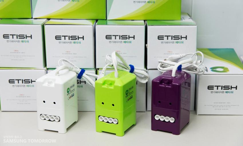 '에티쉬' 제품의 박스가 쌓여있고 3가지 색상별로 전시되어 있는 모습이다.