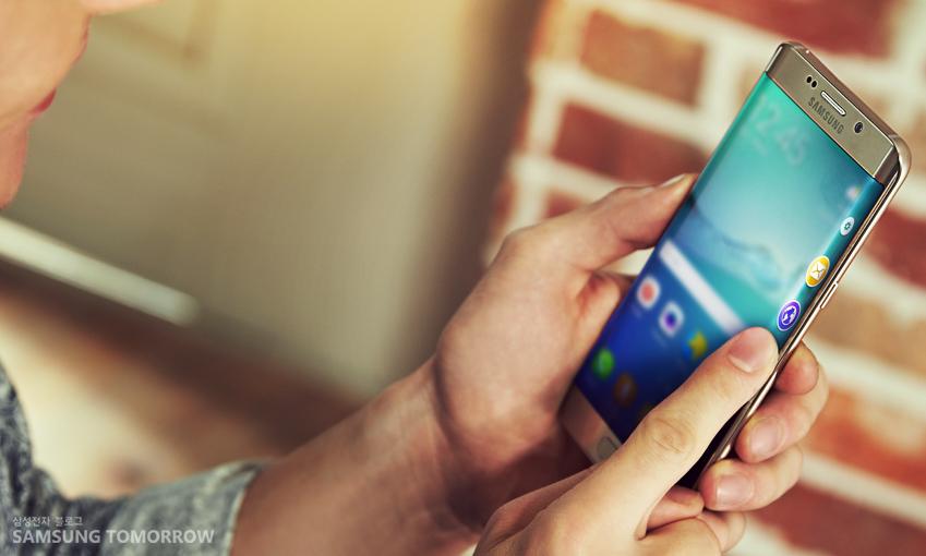 사용자가 갤럭시 S6 엣지를 사용하고 있습니다.