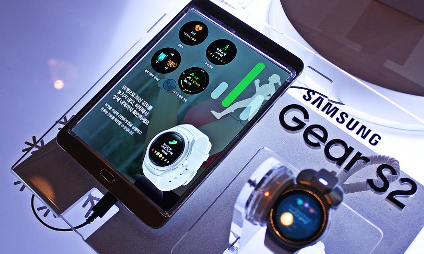 팝업스토어 방문객들은 전시된 갤럭시 탭 S2를 기어 S2와 연동해 다양한 기능을 체험해볼 수 있다