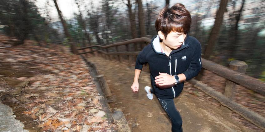 둘레길레서 달리기를 하는 남자의 모습입니다.
