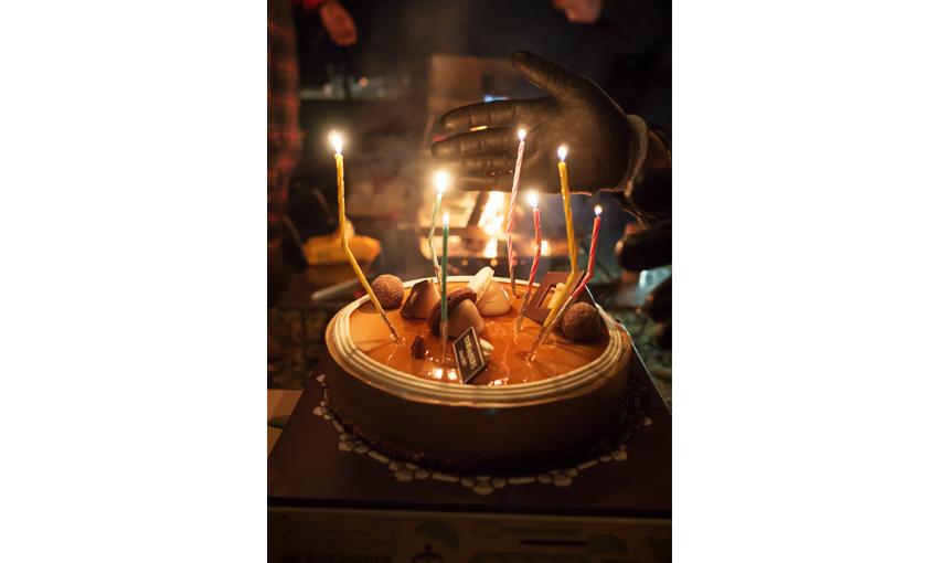 생일을 맞은 친구를 위해 케이크를 준비한 모습입니다.