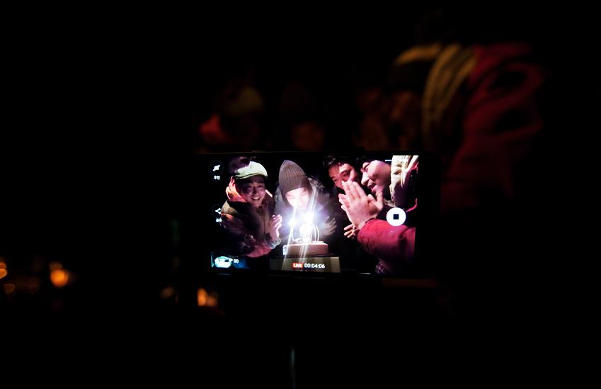 갤럭시 노트 5의 라이브 방송 기능을 활용해 지인들에게 현장 모습을 생생하게 전달했습니다. 즐거운 생일 파티 모습을 공유하니 그 기쁨도 배가되는기분입니다.
