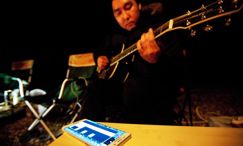 작곡가로 활동 중인 친구가 사운드 캠프 애플리케이션(이하 '앱')으로 즉석 축하곡을 만들기 시작했습니다.