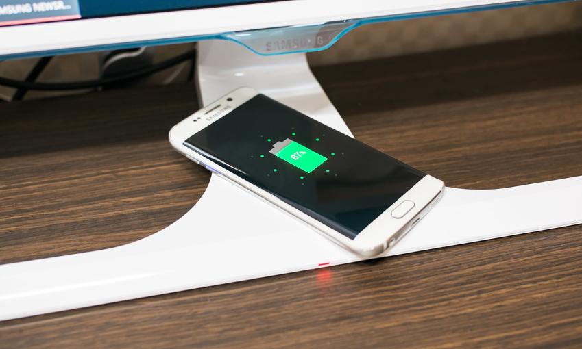 잠들기 전, 스마트폰을 모니터받침대 위에 올려놓기만 하면 간편하게 충전이 완료된다