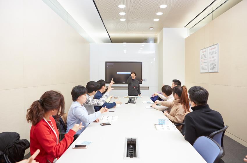 '수담수담' 팀이 수화 전문가에게 수화를 배우고 있는 모습