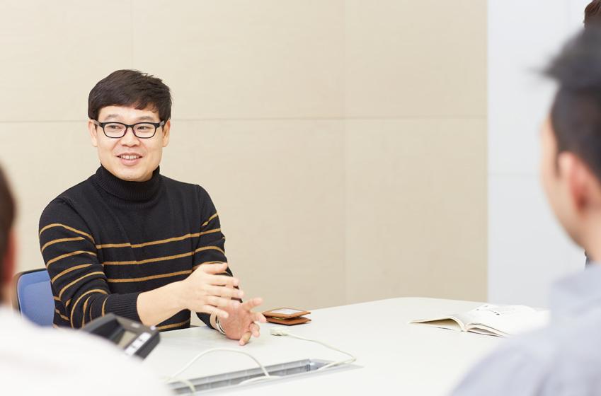 수담수담에서 열성적으로 수화를 배우고 있는 김용운 책임의 모습