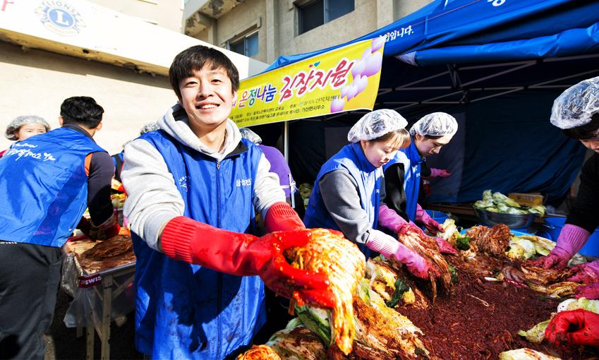 """김석진 사원은 """"주는 것보다 받는 게 더 많기 때문에 힘들다고 생각하지 않고 그때그때 즐기는 편""""이라고 말했다."""