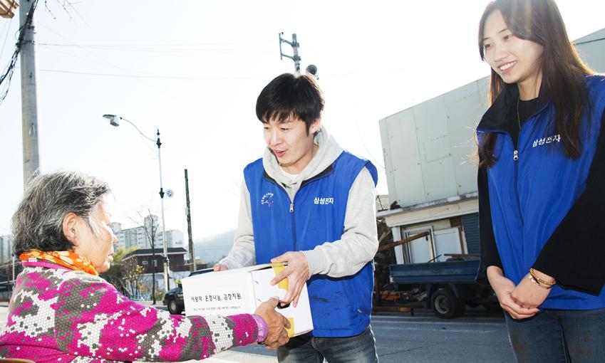 직접 담근 김치를 인근 독거노인에게 전달하고 있는 김석진 사원
