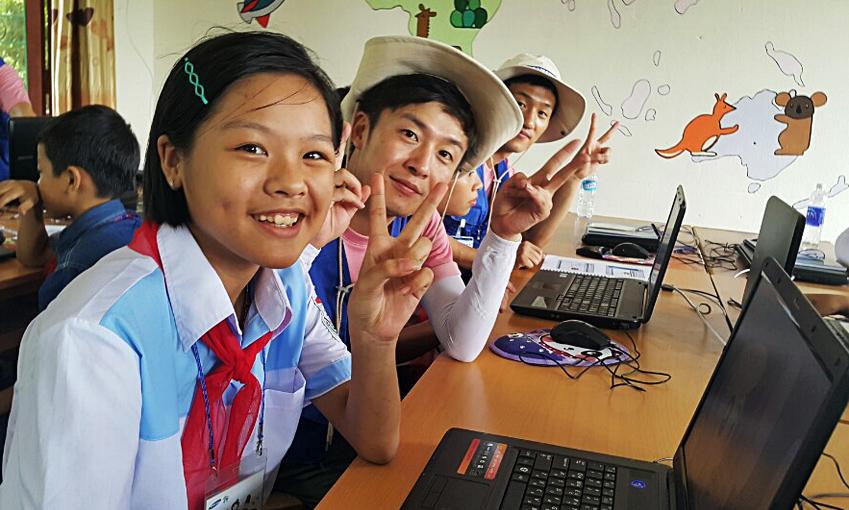 김석진 사원(사진 왼쪽에서 두 번째)은 올해 삼성전자 임직원 해외봉사 프로그램에도 참여해 베트남 IT 교육 봉사활동을 진행했다