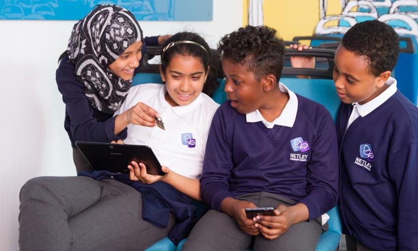 마이크로비트를 활용하면 어린이도 손쉽게 스마트폰과 태블릿용 프로그램을 만들 수 있습니다
