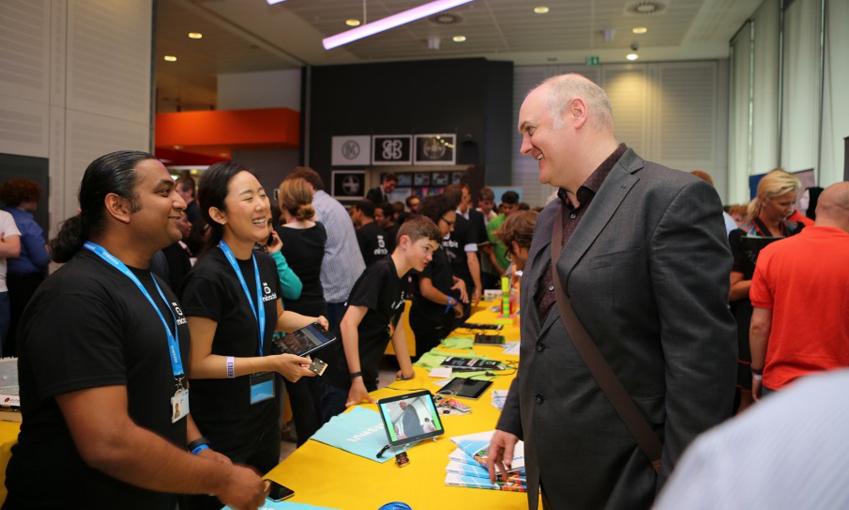 로히트 에일 수석이 2015년 7월 BBC 런칭 행사장에서 원격 셀카 기능을 설명하고 있습니다