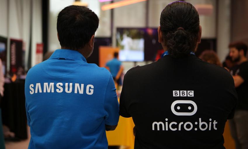 삼성과 BBC 유니폼을 입은 두 사람이 함께 서있습니다.