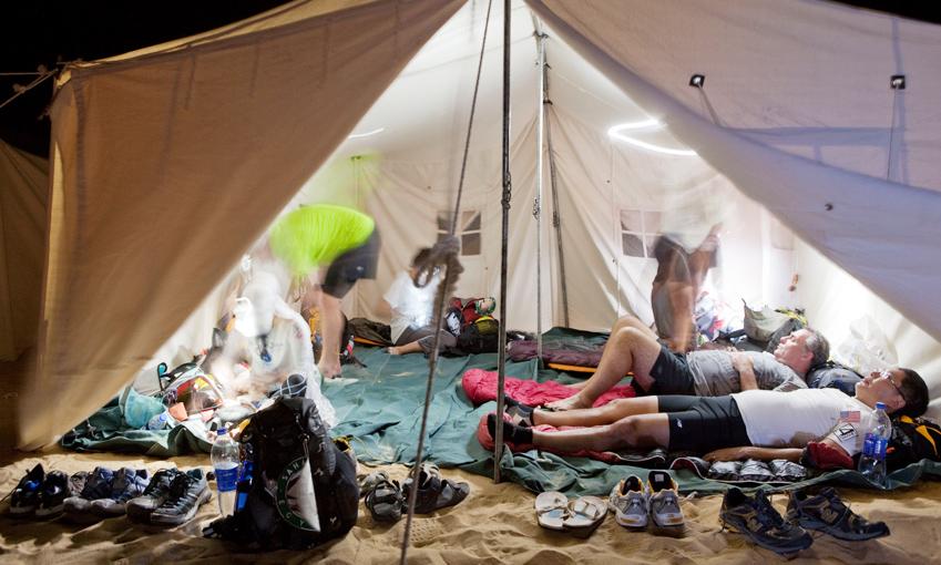 텐트에서 러너들이 휴식을 취하고 있습니다.,