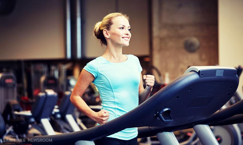 여성의 생리 기간에도 가벼운 운동은 괜찮다고 합니다.