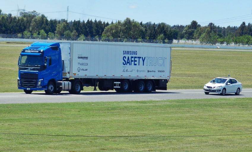 삼성 안전트럭의 도로 주행 모습 사이니지로 전방의 모습을 알려주어 뒤따라 오는 차량의 안전 운행을 돕는다.