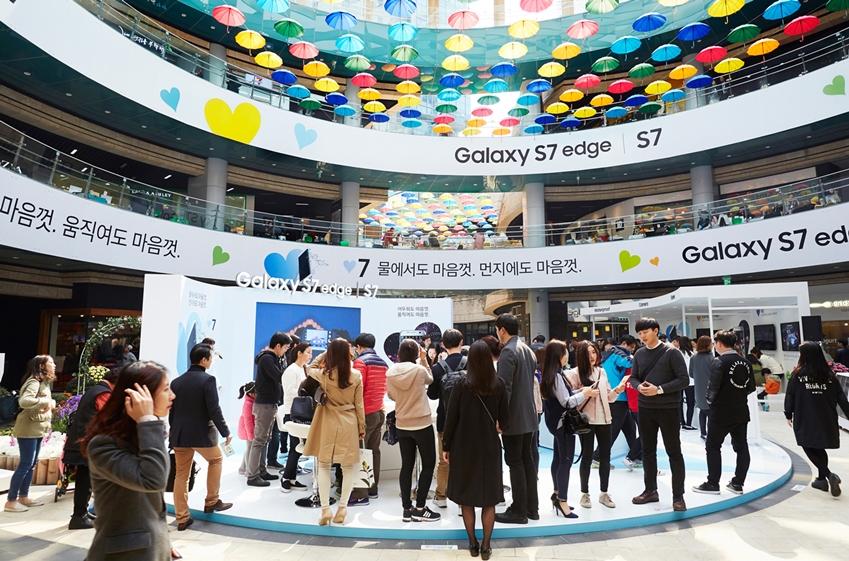 서울 합정 메세나폴리스에 위치한  '갤럭시 S7' 체험존에서 소비자들이 갤럭시 S7의 '저조도 카메라', '방수방진', '게임' 기능 등을 체험하고 있다.
