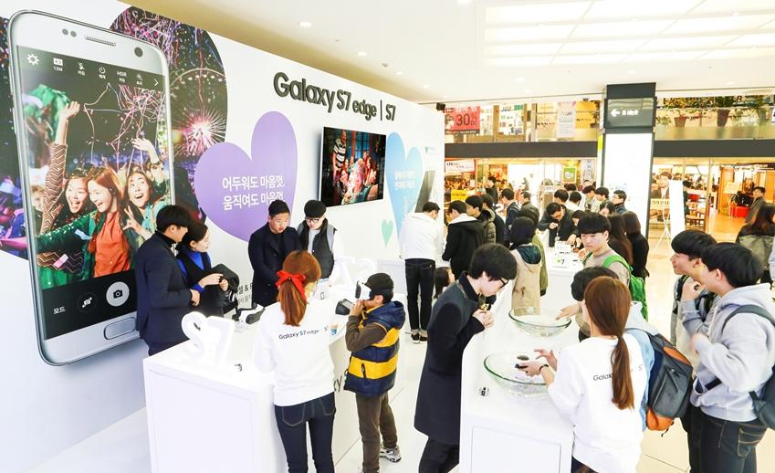 광주 유스퀘어에 위치한  '갤럭시 S7' 체험존에서 소비자들이 갤럭시 S7의 '저조도 카메라', '방수방진', '게임' 기능 등을 체험하고 있다.