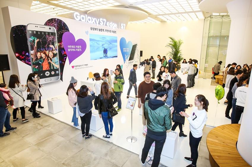 부산 신세계 센텀시티몰에 위치한  '갤럭시 S7' 체험존에서 소비자들이 갤럭시 S7의 '저조도 카메라', '방수방진', '게임' 기능 등을 체험하고 있다.