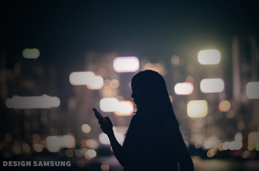 어두운 길거리에서 전화를 받고 있는 여자 이미지