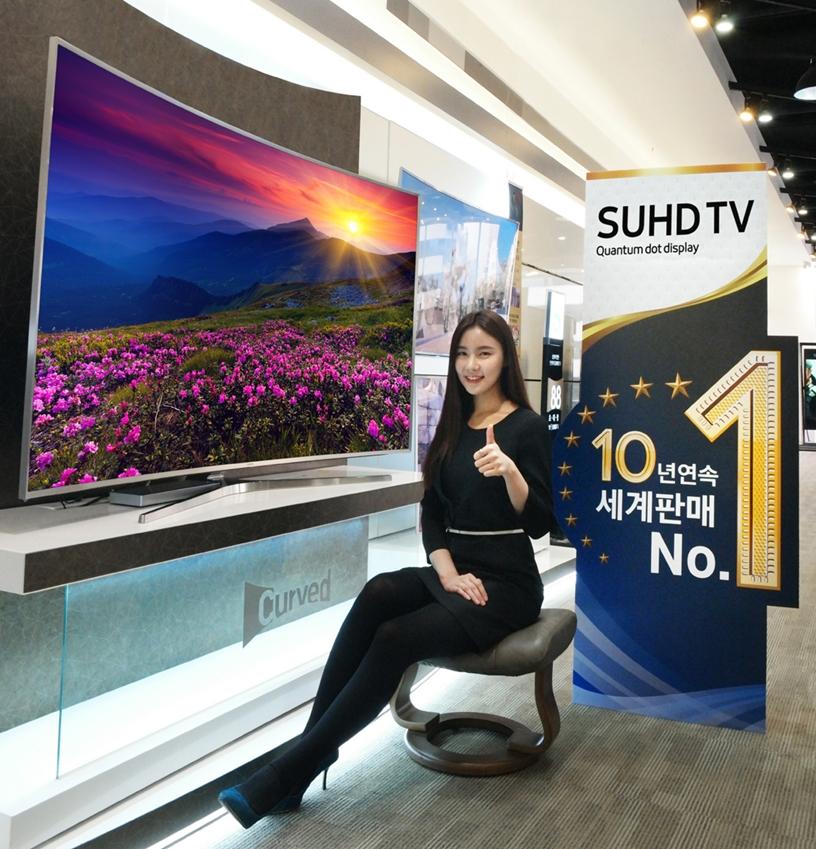 삼성전자 모델이 20일 논현동 삼성 디지털프라자 강남본점에서 10년 연속 세계 TV 판매 1위 달성을 기념해 3월 한 달 동안 진행되는 고객 감사전을 소개하고 있다.