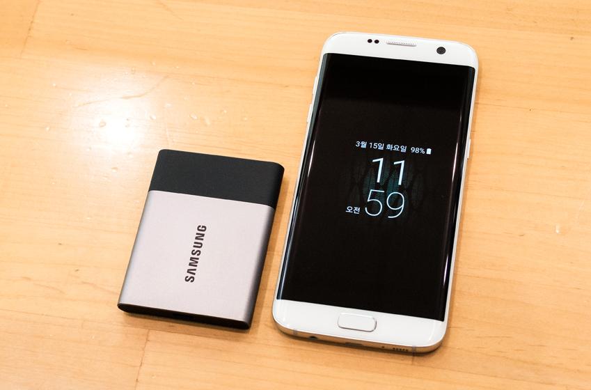 갤럭시 S7 엣지의 반 정도 되는 크기의 삼성 포터블 SSD 'T3'