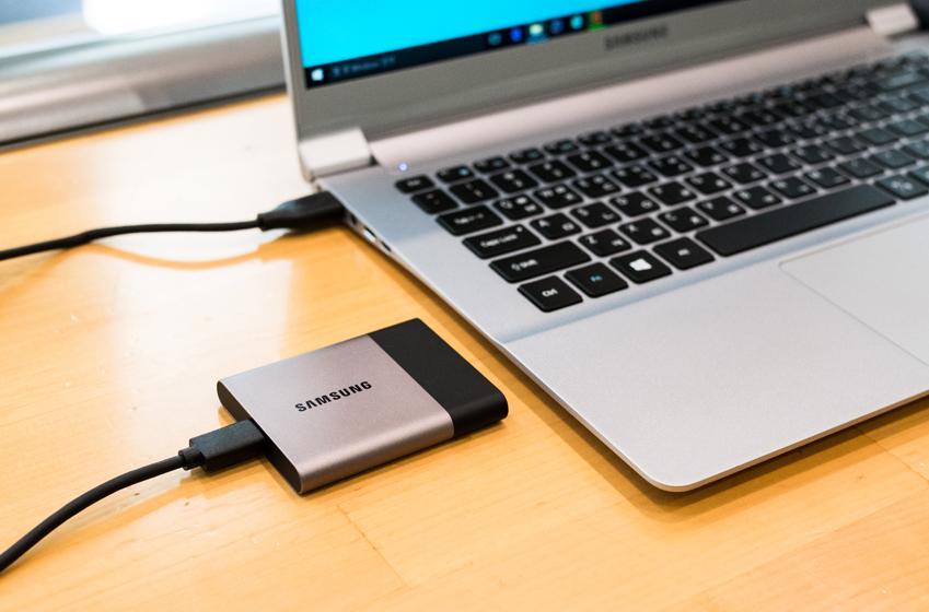 노트북과 연결된 삼성 포터블 SSD 'T3'