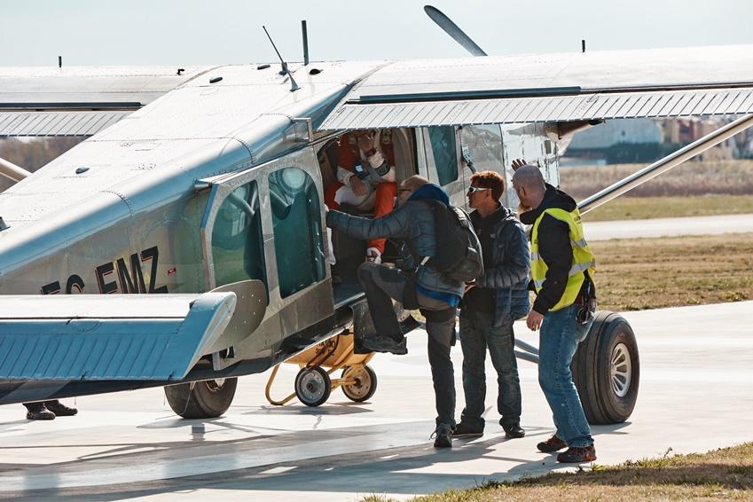 광고 촬영을 위해 카메라맨과 함께 비행기에 오르는 레오 블랑숑