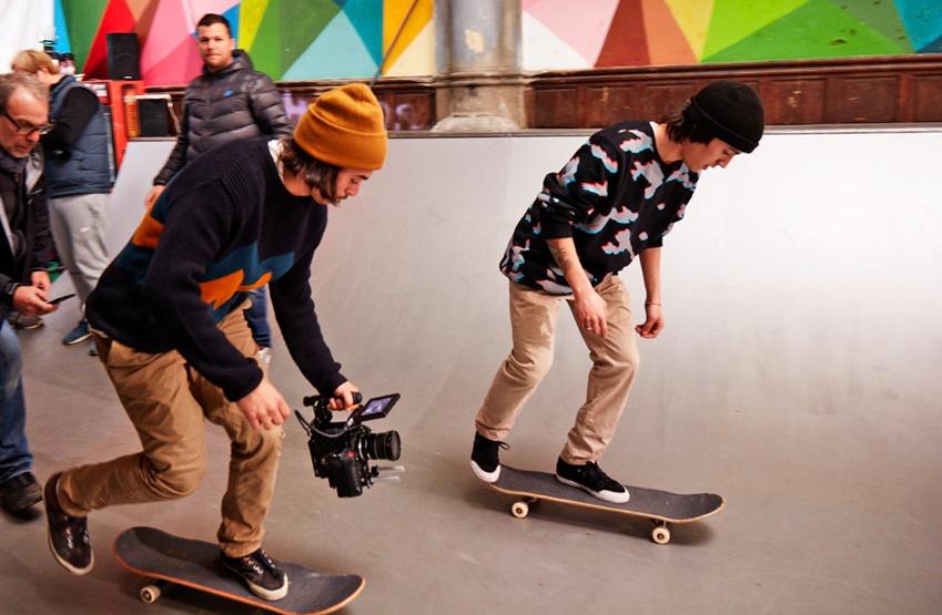 카메라맨이 직접 스케이트 보드를 타며 생동감 넘치는 장면을 연출하기 위해 노력했다