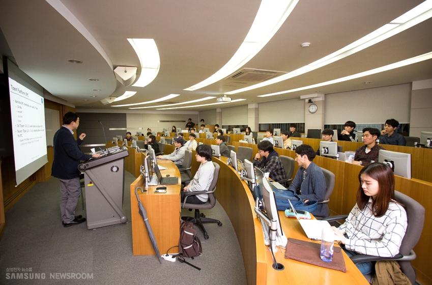 타이젠 수업을 듣고 있는 학생들