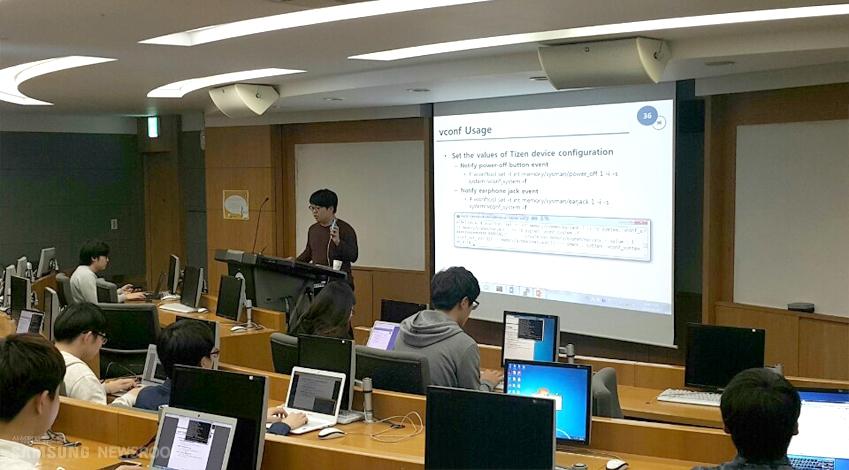 운영체제론 수업에서 타이젠을 활용, 학생들과 실습을 진행 중인 홍경환 조교