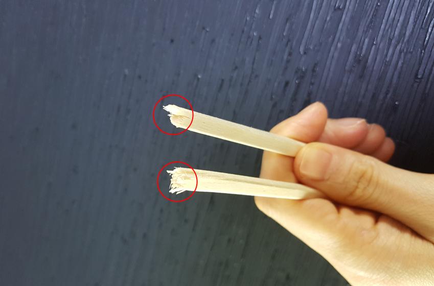 젓가락을 반으로 잘라 날카로운 단면을 통해 캘리그래피를 만들 수도 있습니다