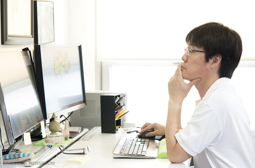김현철 교수가 컴퓨터를 하고 있다