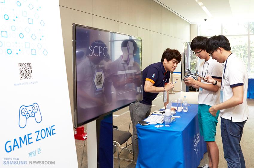 주최 측은 참가자들의 긴장을 풀어주기 위해 행사장 입구에 퍼즐 게임을 즐길 수 있는 '게임존'을 설치, 운영했다