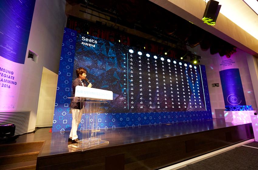 대회 시작 직전 정동욱 삼성전자 소프트웨어센터 대리가 오리엔테이션을 진행하고 있다