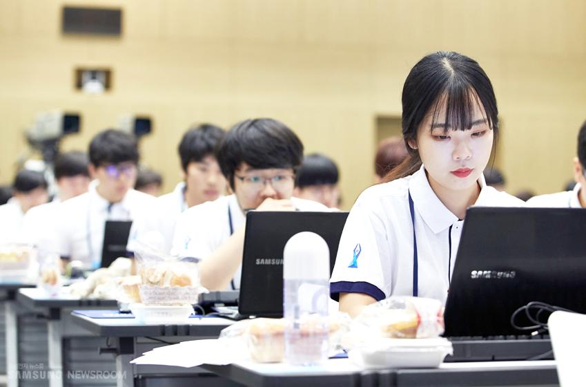 집중하고 있는 학생들