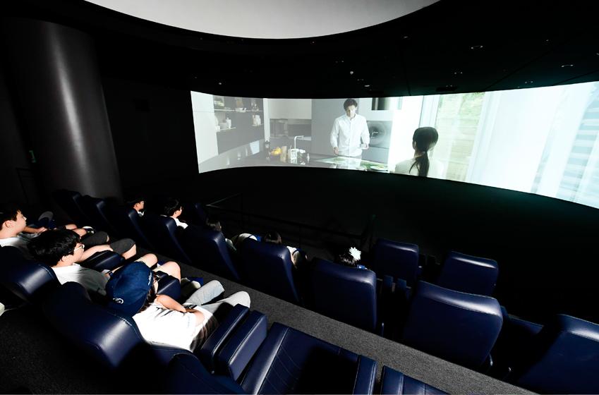 첫째 날 S/I/M 관람은 '삼성전자가 꿈꾸는 내일'을 주제로 제작된 영상 시청으로 마무리됐다