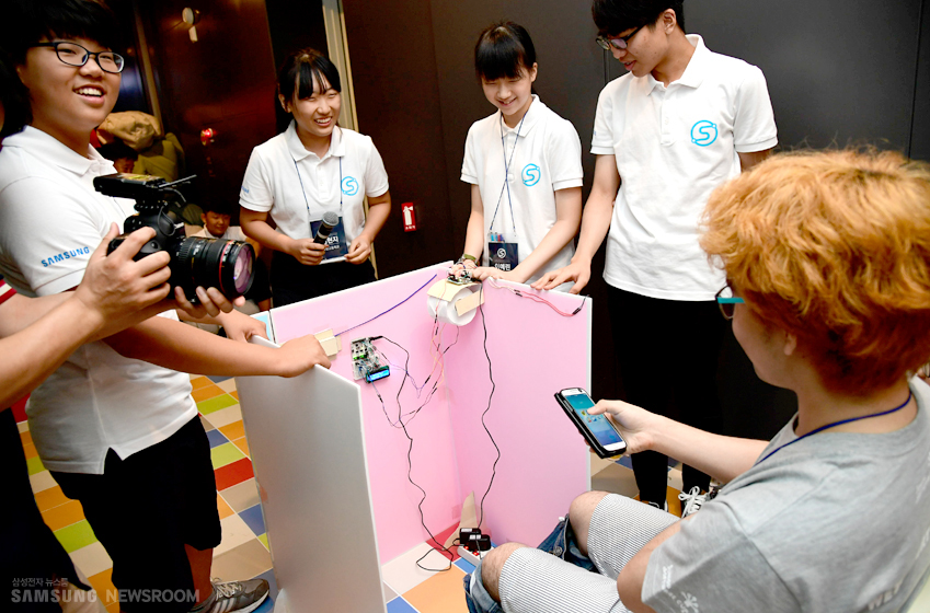 '화장실 스마트폰 얌체족' 출현을 방지하기 위한 용도로 고안된 '삼성 라이브쇼' 아이디어를 실제 결과물로 시연해 보이는 학생들