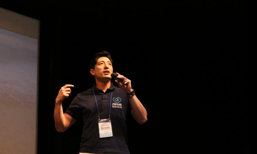 '지도선배' 자격으로 캠프 현장을 찾은 한정민 삼성전자 DS부문 메모리제조센터사원이 '청춘문답' 시간에 참가자들과 대화 나누는 모습