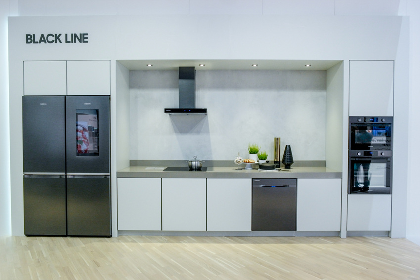'블랙 라인'은 모든 제품에 블랙 메탈 소재를 채택, 주방에 고급스러운 느낌을 더한다.