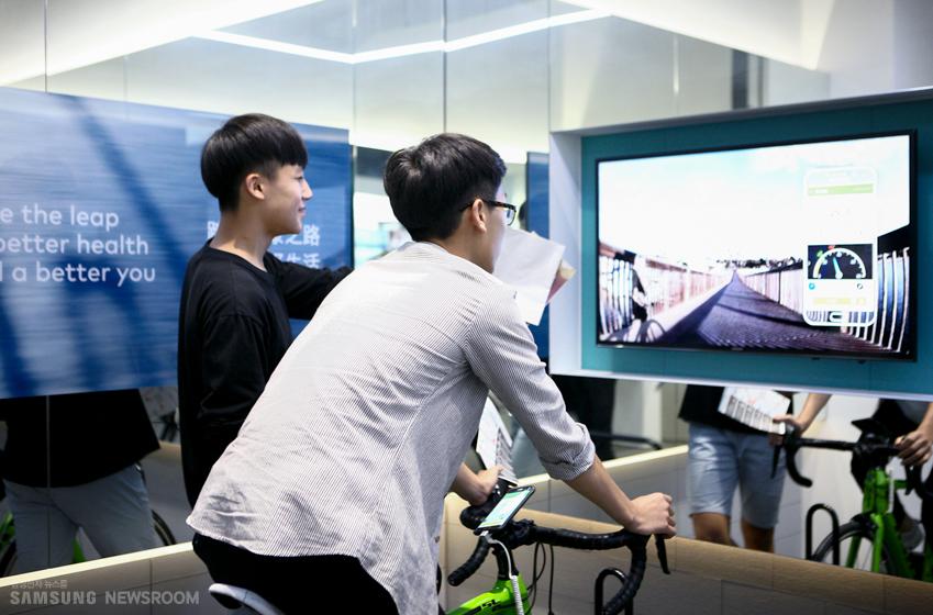 자전거와 가상현실이 접목된 헬스케어 프로그램을체험 중인학생들