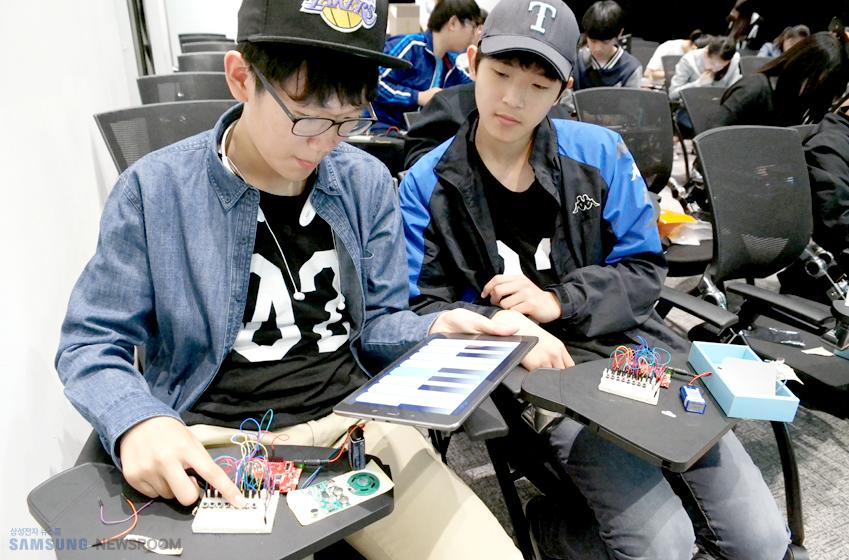 아두이노와 갤럭시 탭을 활용, 블루투스 피아노를 제작 중인 담양중 학생들