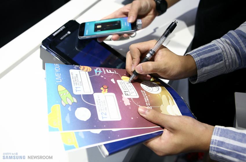 학생들은 IT 미션카드에 쓰인 내용을 찾아 돌아다니며 다양한 제품과 기술을 체험합니다