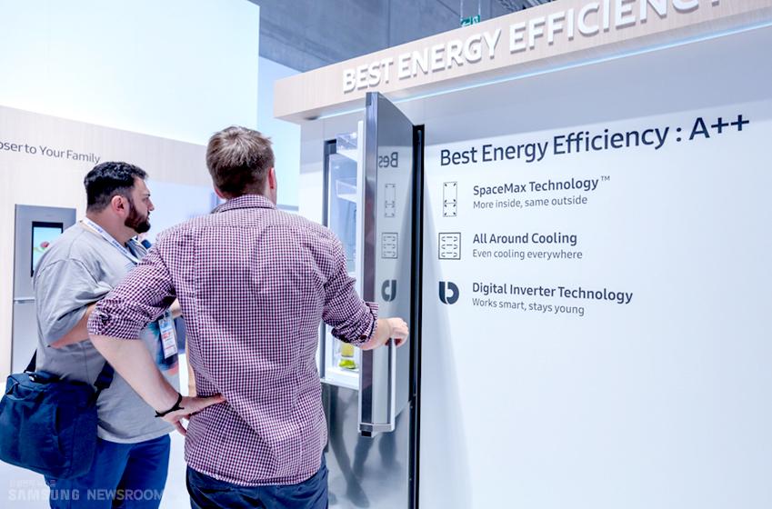 에너지 효율성 제고에 초점을 맞춘삼성 유럽형 냉장고의 주요 기능을 살펴보고 있다