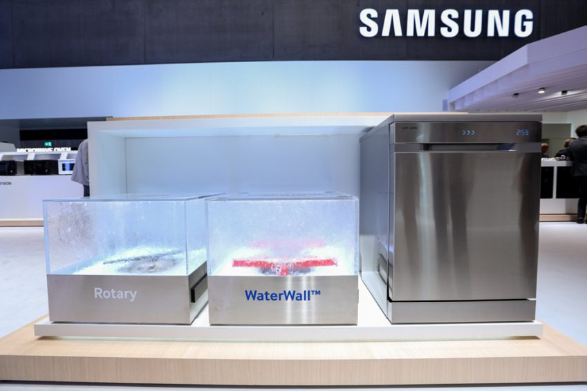 일반 식기세척기는 회전하는 노즐에서 물을 뿌려주는 '로터리(Rotary)' 방식(사진 왼쪽)이지만 삼성 셰프컬렉션 식기세척기는폭포수 같은 물장벽이 앞뒤로 움직이며 식기를 세척하는 일명'워터월(WaterWall)' 방식으로 구동된다