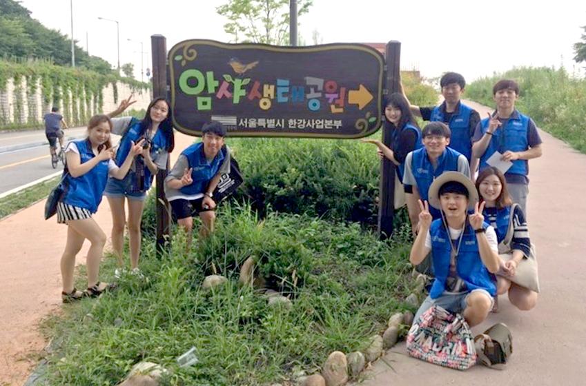 암사생태공원에서 생태 체험 교육 프로그램을 진행 중인 서울9팀 단원들
